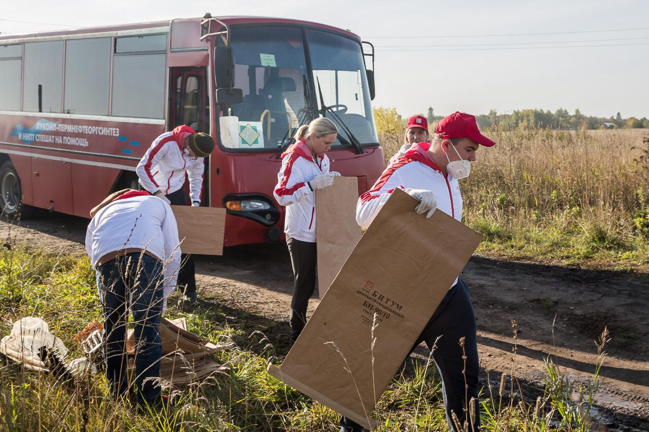 Cleaning up banks of the Kamenka and the Pyzh rivers